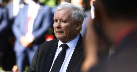 Jarosław Kaczyński za zamkniętymi drzwiami w Jachrance dość ogólnie zapowiedział dekoncentrację mediów i dalsze zmiany w sądownictwie. Reporter RMF FM Patryk Michalski odsłania kulisy wyjazdowego posiedzenia klubu Prawa i Sprawiedliwości.