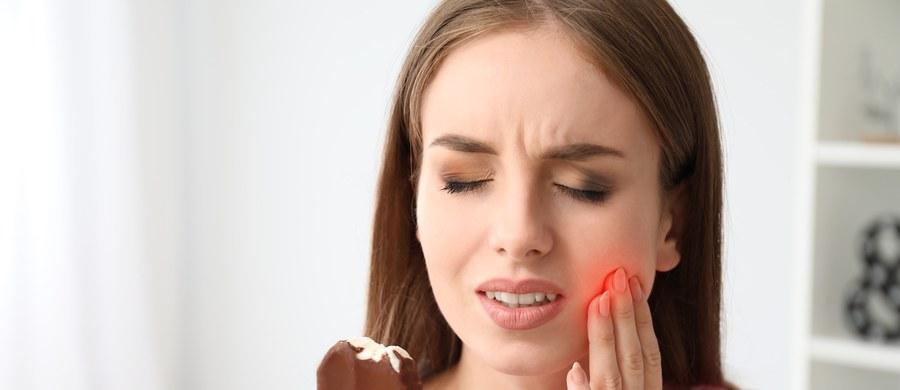 Łyk zimnej lemoniady czy lodowe desery, które pomagają pokonać sezonowe upały – tyle wystarczy, aby pojawił się ostry i przeszywający ból w zębach. Mowa o nadwrażliwości, która szczególnie często dokucza nam latem. Dlaczego?