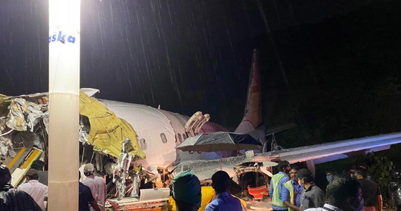 Co najmniej 17 osób zginęło, a 123 zostało rannych w wypadku samolotu lądującego w piątek podczas ulewnego deszczu w Kalikacie na południu Indii. Lecący z Dubaju samolot pasażerski ze 191 ludźmi na pokładzie wypadł z pasa startowego i rozpadł się na dwie części - informują władze.