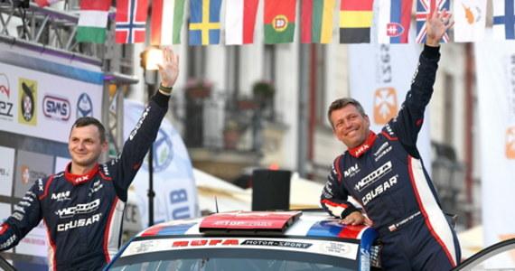 Mistrz Polski z 2018 roku Grzegorz Grzyb (Skoda Fabia Rally 2 Evo) prowadzi po pierwszym etapie w Rajdzie Rzeszowskim, pierwszej rundzie mistrzostw Polski. Na drugiej pozycji ze stratą czterech sekund jest Fin Jari Huttunen (Hyundai I20 R5)