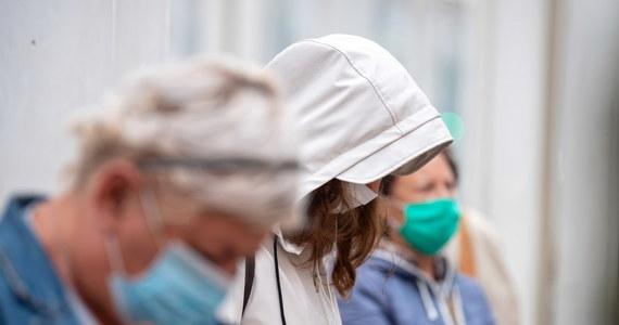 Po szerokich konsultacjach ze specjalistami z różnych dziedzin medycyny w sprawie zakrywania ust i nos, zdecydowaliśmy się na pilne wdrożenia zmiany w zakresie obowiązku stosowania maseczek, przyłbic i części odzieży – poinformował PAP wiceminister zdrowia Janusz Cieszyński