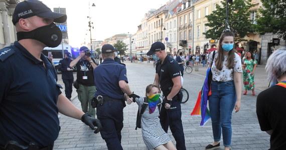 """Posłowie Koalicji Obywatelskiej i Lewicy interweniowali w nocy ws. zatrzymanych przez policję w Warszawie aktywistów LGBT. Na stołecznych komisariatach próbowali """"monitorować"""" działania policji wobec zatrzymanych i udzielali informacji ich bliskim i znajomym. Same zatrzymania posłanka KO Klaudia Jachira nazwała """"łapanką""""."""