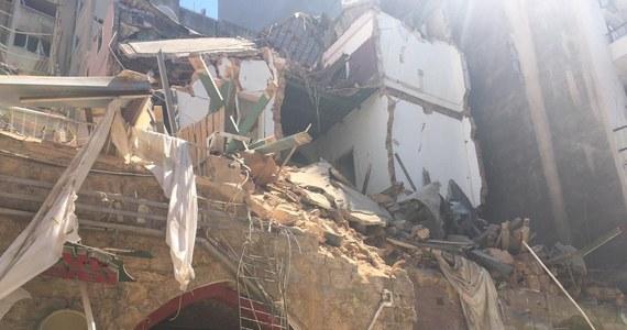 Polscy strażacy - którzy ruszyli do stolicy Libanu, Bejrutu, z pomocą po potężnej eksplozji w portowej części miasta - kończą ratowniczy etap działań w cywilnej strefie poza portem. Poza Polakami zgodę na tak zaawansowane działania otrzymali tylko Francuzi. Teraz nasi ratownicy będą pomagać Libańczykom w ocenie stabilności uszkodzonych budynków. W wybuchu - jak wynika z najnowszych danych przekazanych przez libański resort zdrowia - zginęły 154 osoby, a blisko 60 uważanych jest za zaginione.