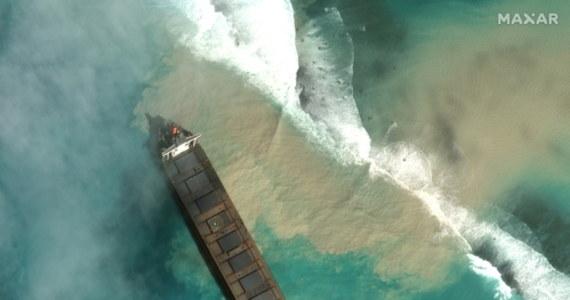 Dziewiczym lagunom na Oceanie Indyjskim u wybrzeży wyspy Mauritius grozi katastrofa ekologiczna. Na rafie koralowej osiadł statek, z którego wyciekają tony paliwa.