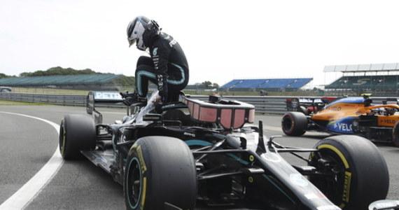 Fin Valtteri Bottas z zespołu Mercedes wygrał kwalifikacje na torze Silverstone i w niedzielnym wyścigu Formuły 1 o Grand Prix z okazji 70. rocznicy pierwszego sezonu mistrzostw świata ruszy z pierwszego pola startowego. Niedzielny wyścig rozpocznie się o godz. 15.10.