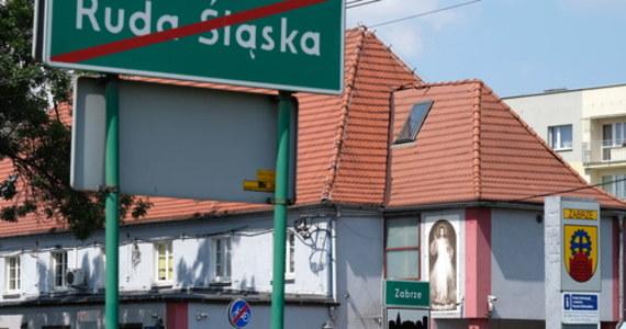 """Większość mieszkańców Rudy Śląskiej stosuje się do restrykcji wprowadzonej w sobotę """"strefy czerwonej"""". Chodzi przede wszystkim o noszenie maseczek we wszystkich przestrzeniach publicznych. Policja przypomina o tym wymogu, na razie nie karząc za jego nieprzestrzeganie."""