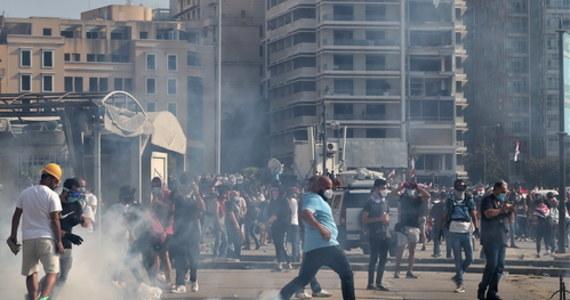 Tysiące osób wyszły w sobotę na ulice Bejrutu w proteście przeciwko elitom obwinianym za tragiczną eksplozję. Protestujący starli się z policją i zaczęli okupować budynki ministerstw. W zamieszkach zginął policjant, a ponad 230 osób zostało rannych. Premier zapowiedział nowe wybory.