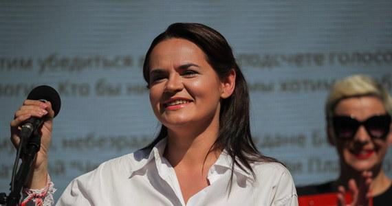 Na kilkanaście godzin przed startem głosowania w dzisiejszych wyborach prezydenckich na Białorusi milicja w Mińsku zatrzymała Maryję Kalesnikawą, współpracownicę najpoważniejszej rywalki Alaksandra Łukaszenki - Swiatłany Cichanouskiej. Nieco wcześniej zatrzymana została również szefowa sztabu opozycyjnej kandydatki Maryja Maroz: ona - w przeciwieństwie do Kalesnikawej - nie została zwolniona, w celi oczekuje na proces. W sumie - jak poinformował dzisiaj wczesnym popołudniem sztab Cichanouskiej - zatrzymanych zostało 7 jego pracowników. Z kolejnym nie ma natomiast kontaktu.