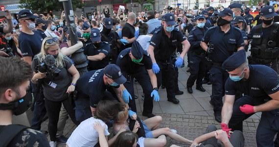48 aktywistów LGBT zatrzymanych w trakcie piątkowych przepychanek z policją w Warszawie usłyszało zarzuty czynnego udziału w zbiegowisku, 5 z nich ma także inne zarzuty. Wszyscy zatrzymani opuścili już komendy.