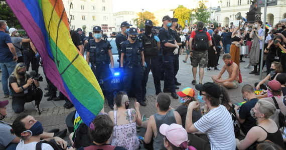 """Przedstawiciele Krajowego Mechanizmu Prewencji Tortur rozmawiali z 33 spośród 48 zatrzymanych w związku z protestami aktywistów LGBT 7 sierpnia w Warszawie, do których doszło po aresztowaniu aktywistki grupy """"Stop Bzdurom"""" - poinformowano na stronie Rzecznika Praw Obywatelskich."""