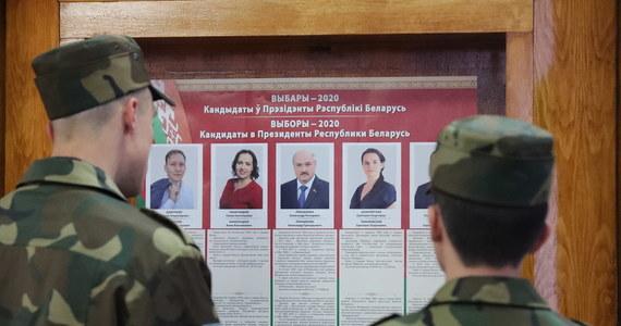 """Białorusini głosują w wyborach prezydenckich: po 5 dniach głosowania przedterminowego dzisiaj stawiają się w lokalach wyborczych. Na liście kandydatów: pięć nazwisk, ale prawdziwy - i historyczny - pojedynek rozgrywa się między Alaksandrem Łukaszenką, który rządzi Białorusią nieprzerwanie od 26 lat, i do niedawna nieznaną Swiatłaną Cichanouską, która zdecydowała się na start w wyborach """"w zastępstwie"""" swego przebywającego w areszcie męża."""
