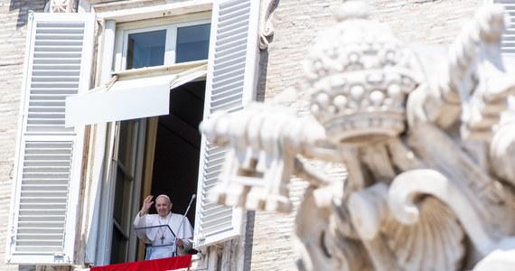 """Papież Franciszek zaapelował do wspólnoty międzynarodowej o pomoc dla Libanu po tragicznej w skutkach eksplozji w Bejrucie. Podczas spotkania z wiernymi w Watykanie poprosił ludzi libańskiego Kościoła, by żyli """"bez luksusu""""."""