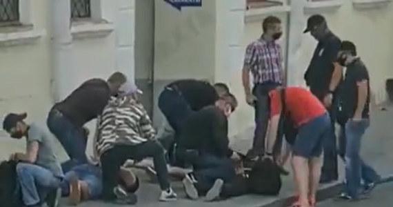 W Mińsku zatrzymani zostali trzej dziennikarze niezależnej rosyjskiej telewizji Dożd - podała stacja. Na nagraniu widać, że dziennikarze zostali zmuszeni do położenia się na ziemi, a następnie zostali zabrani przez ludzi ubranych po cywilnemu.