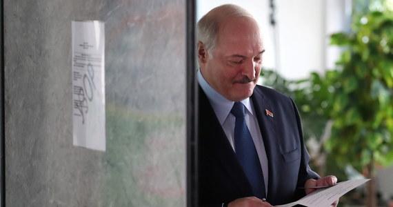 """""""Chaosu i wojny domowej nie będzie"""" – oświadczył prezydent Białorusi Alaksandr Łukaszenka rozmawiając z dziennikarzami w lokalu wyborczym w Mińsku. """"Jeśli ktoś zechce wyrazić swoje zdanie po wyborach – to dobrze. Zobaczmy, w jakich miejscach zgodnie z prawem można to robić, pójdziecie do władz Mińska i wypowiecie swoje zdanie"""" – przekonywał."""