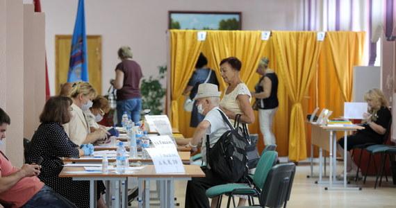 Alaksand Łukaszenka otrzymał 79,7 proc. głosów na niedzielnych wyborach prezydenckich na Białorusi – wynika z oficjalnego sondażu exit poll. Jego główna rywalka Swiatłana Cichanouska zdobyła według tego badania 6,8 proc. głosów. Sondażowa frekwencja wyniosła 79 procent. Pojawiły się pierwsze informacje o zatrzymaniach - m.in. niezależnych dziennikarzy - i starciach protestujących z milicją.