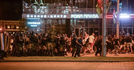 """Niespokojna noc na Białorusi i w Mińsku. Po wyborach prezydenckich, w których według oficjalnych danych zwyciężył urzędujący prezydent Alaksandr Łukaszenka, w stolicy kraju i innych miastach doszło do starć milicji z protestującymi. Jak podała agencja Reutera, powołując się na centrum praw człowieka Wiasna, zginęła co najmniej jedna osoba. """"Ofiar śmiertelnych nie ma"""" - twierdzi natomiast białoruskie MSW. Resort podał, że zatrzymano ok. 3 tys. osób."""