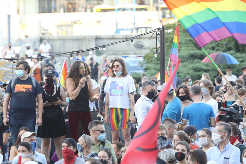 """""""Co stało się z krajem, który tak dobrze zaczynał rozumieć, co to jest tolerancja?"""" - denerwuje się Michał Szpak w swoim InstaStories. Wokalista po raz kolejny postanowił udzielić mocnego wsparcia osobom LGBT."""