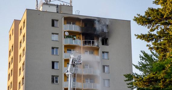 Policja postawiła w poniedziałek m.in. zarzut morderstwa mężczyźnie zatrzymanemu podczas pożaru w czeskim Bohuminie, w którym w sobotę zginęło 11 osób. 54-latek miał celowo podpalić mieszkanie na 11. piętrze budynku mieszkalnego.