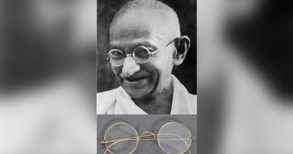 Okulary należące do Mahatmy Gandhiego, przywódcy indyjskiej walki o niepodległość, których wartość szacowana jest na ok. 15 tys. funtów, przez ponad dwa dni leżały w kopercie wystającej ze skrzynki pocztowej domu aukcyjnego w Bristolu - opisują w poniedziałek media.