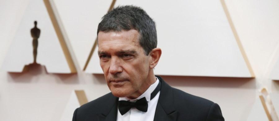 Hiszpański aktor Antonio Banderas poinformował, że wykryto u niego zakażenie koronawirusem. Jak podkreślił, czuje się dobrze, ale w tej sytuacji musi świętować swoje dzisiejsze 60. urodziny na kwarantannie.