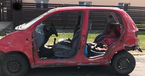 Prawie 1,8 promila alkoholu w organizmie miał kierowca daewoo matiza, którego zatrzymali policjanci z Tomaszowa Mazowieckiego (woj. łódzkie). Auto nie miało drzwi, maski i klapy bagażnika - przekazała Aleksandra Jakubiak z tomaszowskiej policji.