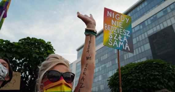 """""""W odpowiedzi na zatrzymania podczas protestów solidarnościowych z Margot oraz nieustającą nagonkę na osoby LGBTI w Polsce, wezwaliśmy przewodniczącą KE do podjęcia konkretnych działań wobec polskich władz"""" - napisał europoseł Robert Biedroń na Twitterze."""
