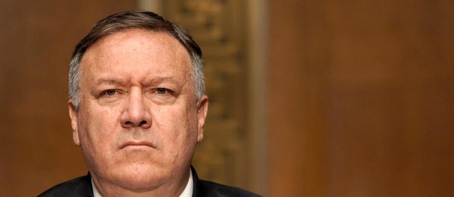 """Sekretarz stanu USA Mike Pompeo wydał oświadczenie ws. niedzielnych wyborów prezydenckich na Białorusi. Stwierdził w nim m.in., że Białorusi """"nie były wolne ani uczciwe"""". """"Zdecydowanie potępiamy przemoc stosowaną nadal wobec protestujących i zatrzymywanie zwolenników opozycji"""" - napisał szef dyplomacji USA."""