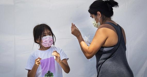 Według najnowszych badań w ostatnich dwóch tygodniach lipca u ponad 97 tys. dzieci w Stanach Zjednoczonych potwierdzono obecność koronawirusa. Wśród zakażonych największy odsetek stanowią dzieci afroamerykańskie i pochodzenia latynoskiego.