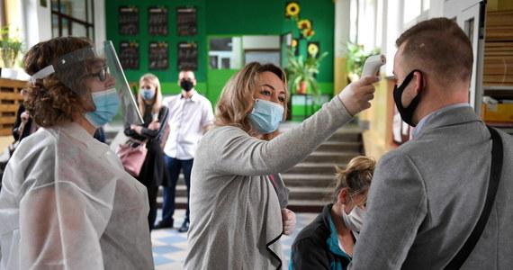 Abiturienci, którzy w tym roku przystąpili do matury, dowiedzą się dziś jakie uzyskali wyniki. Ze względu na epidemię koronawirusa tegoroczna sesja egzaminacyjna była miesiąc później, egzaminy odbywały się w reżimie sanitarnym, nie było też obowiązkowych egzaminów ustnych.