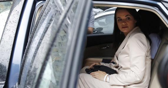 """Swiatłana Cichanouska - główna rywalka Alaksandra Łukaszenki w wyborach prezydenckich na Białorusi - jest bezpieczna. Taką informację przekazał rano minister spraw zagranicznych Litwy. Cichanouska przebywa właśnie w tym kraju. """"Sama podjęłam decyzję o wyjeździe"""" - stwierdziła 37-latka na nagraniu opublikowanym później na YouTube. """"Nie daj Boże, by ktoś stanął przed takim wyborem, przed jakim stanęłam ja"""" - dodała."""