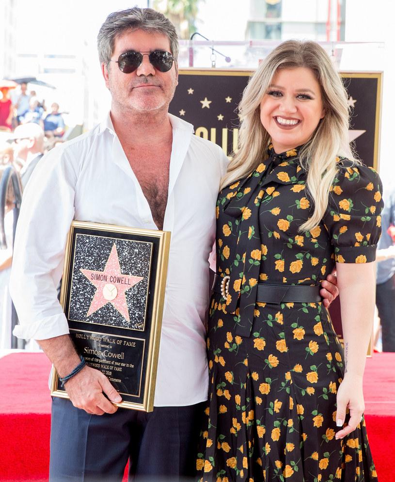 """Pięć godzin trwała operacja kręgosłupa telewizyjnego jurora Simona Cowella, który doznał groźnego wypadku na rowerze elektrycznym. W najbliższym czasie w składzie jury amerykańskiego """"Mam talent"""" zastąpi go wokalistka Kelly Clarkson."""