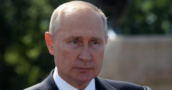 Podczas wtorkowego posiedzenia rosyjskiego rządu Władimir Putin powiedział, że Rosjanie wprowadzili do użytku, jako pierwsi na świecie, szczepionkę przeciwko koronawirusowi. Prezydent dodał też, że jedna z jego córek została już zaszczepiona.