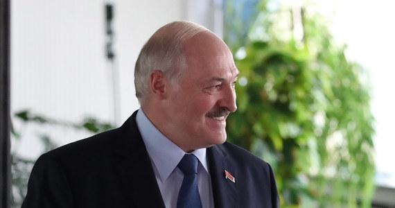 Alaksandr Łukaszenka nie posiada majątku, nie ma żadnego samochodu ani mieszkania, a jedynym jego dochodem jest pensja prezydenta - wynika z oświadczenia majątkowego rządzącego od 26 lat Białorusią. Tyle jednak oficjalnie, bo prawdziwy majątek polityka szacuje się na wiele miliardów dolarów.