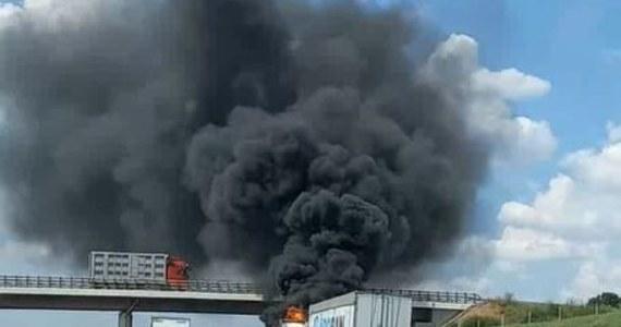 Ciężarówka zapaliła się na autostradzie A4 w rejonie Krapkowic. Strażakom udało się ją jednak szybko ugasić.