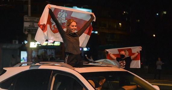 Pracownicy niektórych przedsiębiorstw w Mińsku i innych białoruskich miastach wychodzą strajkować w ramach protestu wobec wyników niedzielnych wyborów prezydenckich w tym kraju - informuje we wtorek białoruski bloger NEXTA w komunikatorze Telegram. Dyrektor Telewizji Biełsat Agnieszka Romaszewska-Guzy poinformowała, że sześciu pracowników telewizji Biełsat jest przetrzymywanych przez milicję.