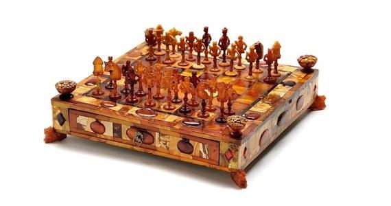 Muzeum Gdańska za ok. 2,4 mln złotych kupiło piękny i niezwykle cenny eksponat - bursztynowe szachy z końca XVII wieku. Jak podkreślają przedstawiciele placówki, na świecie są tylko 4 takie zestawy - znajdują się w kolekcjach duńskiej rodziny królewskiej, Państwowego Muzeum Ermitażu w Sankt Petersburgu oraz muzeum jubilerstwa i złotnictwa Grünes Gewölbe w Dreźnie.