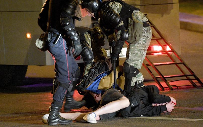 Dziennikarz Jan Roman, który jest współpracownikiem TV Polonia, został w poniedziałek pobity pod komisariatem w Grodnie i przebywa obecnie w szpitalu – powiedział PAP we wtorek działacz Związku Polaków na Białorusi Andrzej Poczobut.