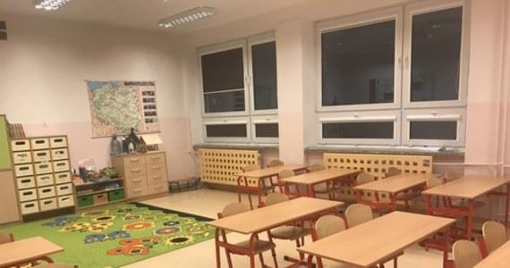 """""""Chcemy dać dosyć klarowne wytyczne, jeżeli chodzi o moment wprowadzania nauczania mieszanego lub zdalnego. To będą w szczególności szkoły położone na terenach powiatów, które będą oznaczane jako kolor czerwony czy żółty"""" - powiedział we wtorek rzecznik rządu Piotr Müller."""