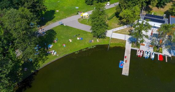 """We wtorek w jeziorze Tałty w Mikołajkach utonął 40-letni mężczyzna, który kąpał się na niestrzeżonej plaży przy jednym z hoteli. Na jeziorze Bełdany mężczyzna wskoczył """"na główkę"""" na płytką wodę, a 5-latek rozbił dotkliwie głowę - poinformował  MOPR."""