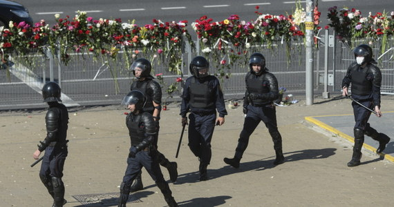 Na ulice Mińska znów wyszli demonstranci, by zaprotestować przeciwko wynikom niedzielnych wyborów prezydenckich na Białorusi. Milicja kolejny raz brutalnie pacyfikuje protesty. W kraju nie ma Swiatłany Cichanouskiej, głównej wyborczej rywalki Aleksandra Łukaszenki.