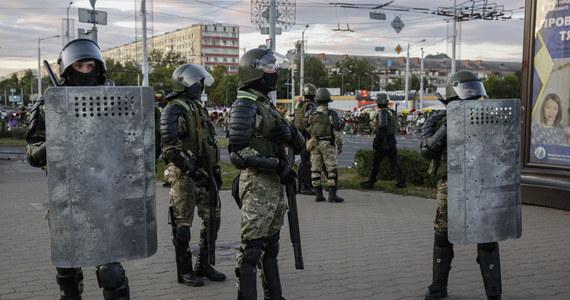 Trzech Polaków zostało zatrzymanych na Białorusi w związku z protestami po niedzielnych wyborach prezydenckich. Jak ustalił dziennikarz RMF FM, ambasador Polski interweniował w białoruskim Ministerstwie Spraw Zagranicznych, domagając się zwolnienia tych osób.