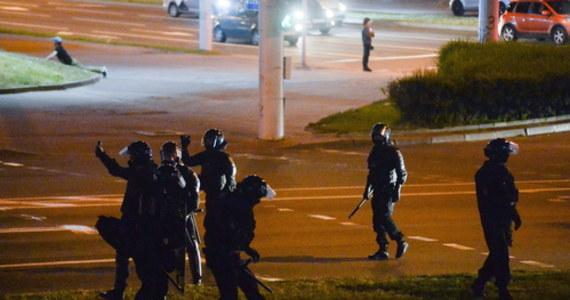 Funkcjonariusze OMON-u pobili wieczorem ekipę portalu Onliner oraz portalu TUT.by. Zatrzymano wielu dziennikarzy, niszcząc ich sprzęt oraz odbierając karty z nagraniami i zdjęciami. Protesty we wtorek miały jednak mniejszą skalę niż w poprzednich dniach.