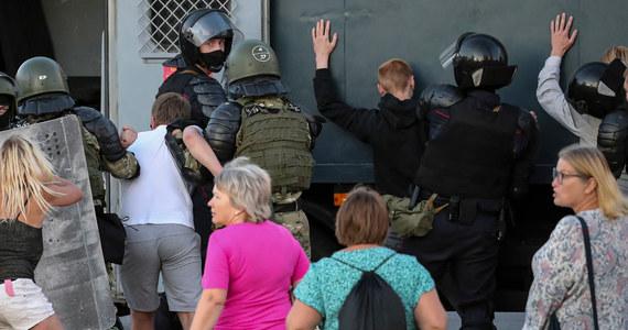 Mój syn Kacper Sienicki razem ze swoim kolegą Witkiem Dobrowolskim zostali zatrzymani przez milicję w Mińsku na Białorusi; nie mam z nim kontaktu - napisała na Facebooku Aneta Sienicka, która zaapelowała o pomoc i udostępnianie tych informacji.