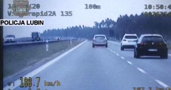 Jechał z prędkością prawie 190 km/h na godzinę z telefonem przy uchu. Taka jazda kosztowała kierowcę z Zielonej Góry na Dolnym Śląsku tysiąc złotych.