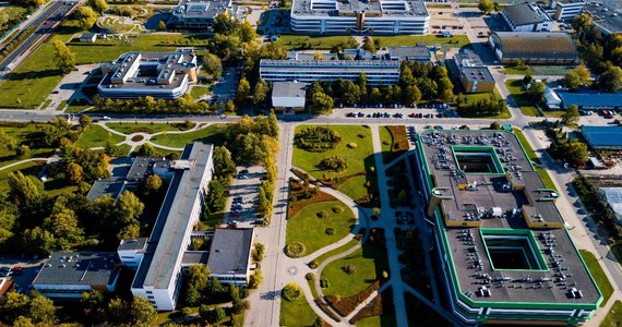 Szkoła Główna Gospodarstwa Wiejskiego to nie tylko uczelnia wyższa – to również ważny i stale rozwijający się ośrodek naukowo-badawczy. Naukowcy, dzięki zapleczu naukowo-badawczemu, w skład którego wchodzą m.in. specjalistyczne laboratoria wyposażone w najnowocześniejszy sprzęt, mogą prowadzić projekty na najwyższym światowym poziomie. Centrum Badawczo-Rozwojowe Żywności i Żywienia to kolejna inwestycja, która umacnia miejsce SGGW na naukowej mapie Polski i Europy. Inwestycja, oprócz rozwoju badań naukowych, ma na celu również wsparcie biznesu w opracowywaniu i wdrażaniu innowacyjnych produktów i usług.