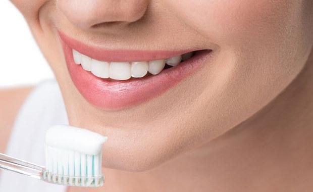 W ciągu roku spędzamy średnio ponad 24 godziny na myciu zębów. Ale czy zastanawiamy się, czym właściwie myjemy zęby i potrafimy rozszyfrować skład pasty do zębów? Pytamy stomatologa o najczęściej występujące składniki pasty i ich działanie.