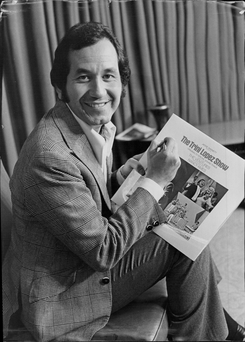 """W wieku 83 lat zmarł we wtorek w Kalifornii znany amerykański piosenkarz i gitarzysta Trini Lopez - poinformowały portale """"Hollywood Reporter"""" i """"Variety"""". Popularność przyniosły mu wykonania takich utworów jak """"If I Had a Hammer"""" czy  """"La Bamba""""."""
