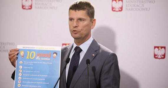 """Większość powiatów w Polsce jest w standardowej sytuacji epidemicznej, która pozwala na to, aby dyrektorzy przygotowywali się do powrotu tradycyjnych zajęć w szkołach. Jedynie w tych kilku powiatach """"żółtych"""" i """"czerwonych"""" mogą być dodatkowe obostrzenia - poinformował szef MEN Dariusz Piontkowski."""