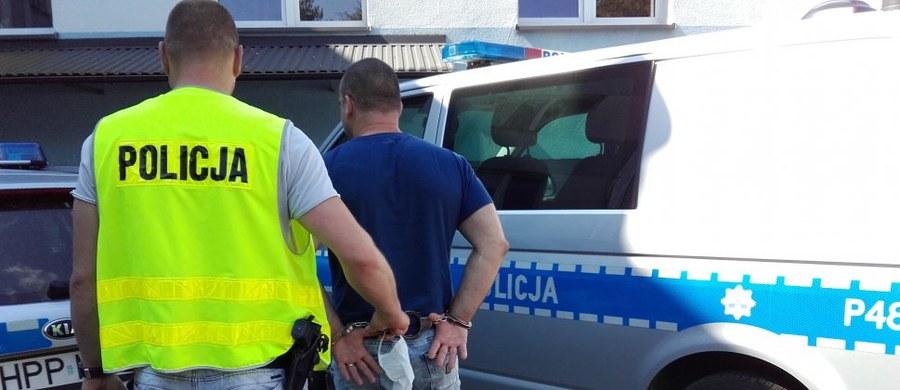 Jest tymczasowy trzymiesięczny areszt dla 46-letniego mężczyzny, który w Myszkowie w Śląskiem potrącił policjanta. Udało mu się uciec i przez kilka dni się ukrywał. Ostatecznie został zatrzymany w innym województwie. Złapano też jego 27-letniego wspólnika.