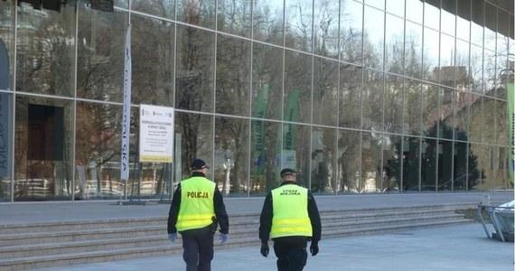 Kilkadziesiąt osób zostało ukaranych mandatami w wysokości 500 złotych za nienoszenie maseczek w Nowym Sączu i powiecie nowosądeckim. W trzech przypadkach sprawę skierowano do sądu.